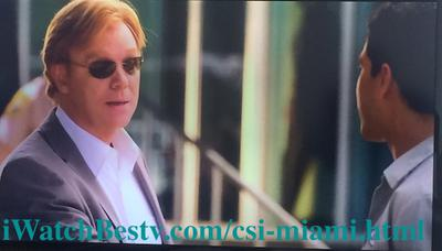 Series de TV: David Stephen Caruso (Horatio Caine) with his eyeglasses on told Eric Delko to get his badge and find him.